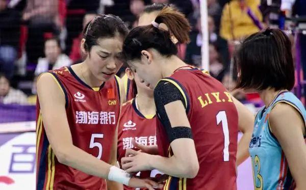 李盈莹为朱婷的手腕绑胶布。