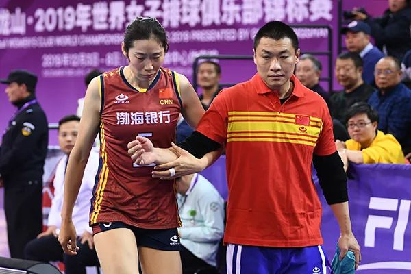 女排世俱杯,朱婷手腕受伤离场。