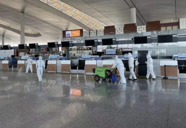 事情职员在南京禄口机场T2航站楼内举行消杀。泉源:新华社