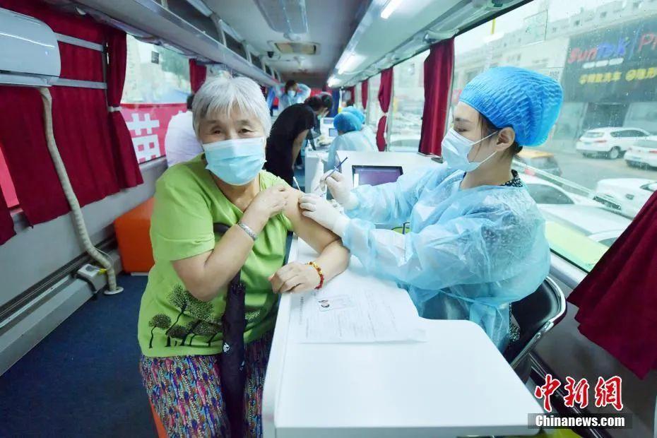 资料图:民众在移动疫苗接种车上接种疫苗。中新社记者 张瑶 摄