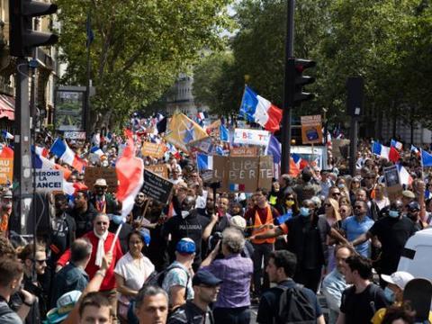 20万法国人上街反对疫苗证通行证,巴黎警方与人群发生冲突
