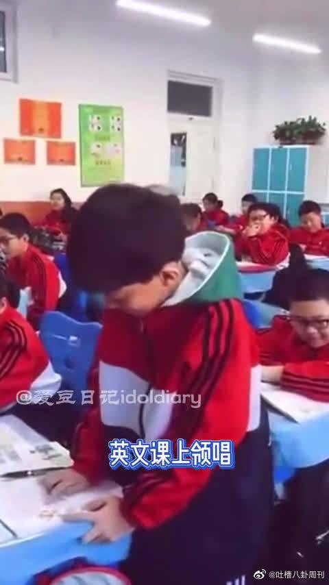 张泽禹用手指着英文单词一个一个唱!