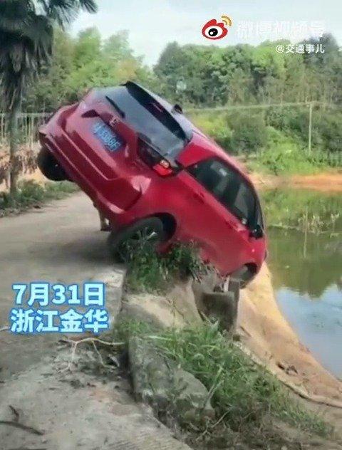 这怎么开的?司机被吓得不轻,驾车出行,安全第一!