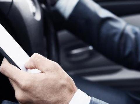 爱尔兰的司机注意啦!新的摄像技术可以捕捉开车玩手机的司机