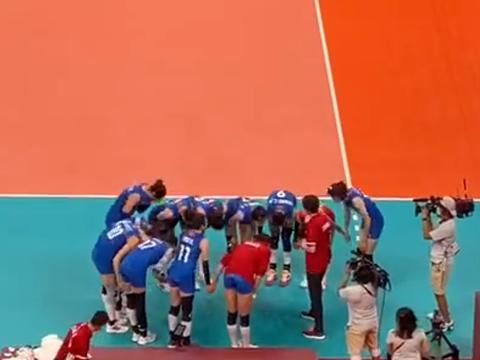 催泪!播报员送别女排,郎平赛后和全员拥抱,全队+球迷全哭了
