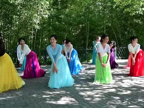 小月河老师领舞《我的九寨》舞姿柔美,舒展大气