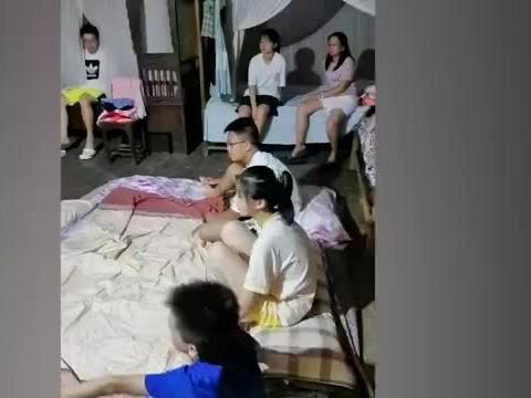 孩子在外婆家大通铺,聊天展示才艺玩到凌晨,网友:回不去的童年