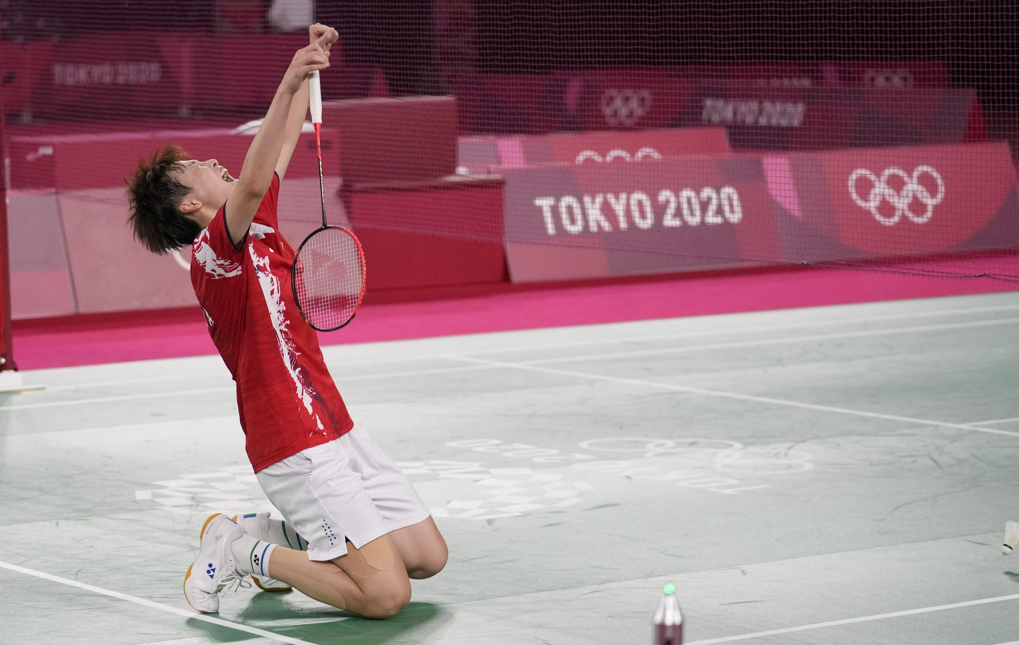 陈雨菲跪地庆祝。