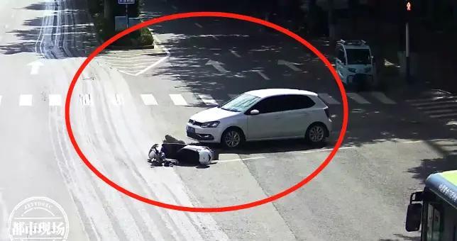 赣州龙南:女子车被撞倒!但她自己是全责