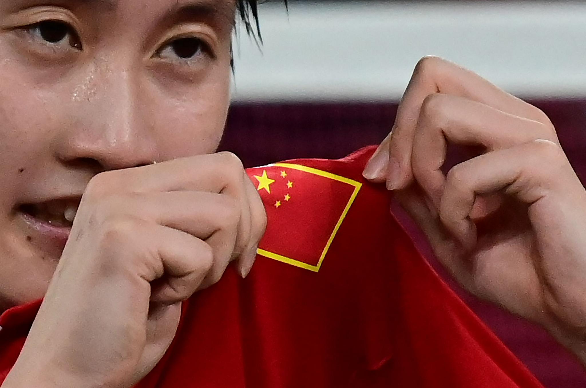 陈雨菲展示国旗。