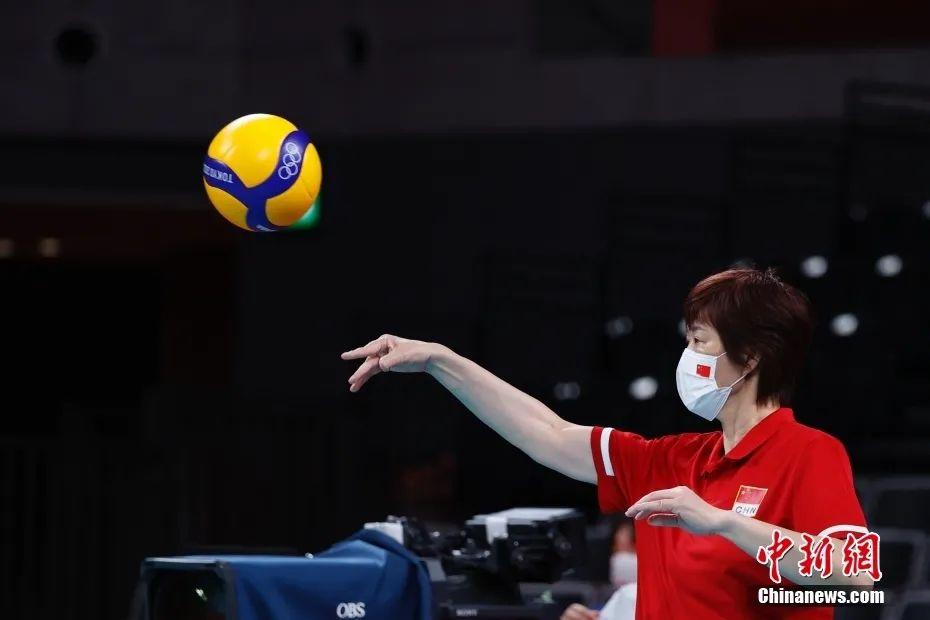 资料图:7月31日,比赛前中国队主教练郎平在场边。中新社记者 韩海丹 摄