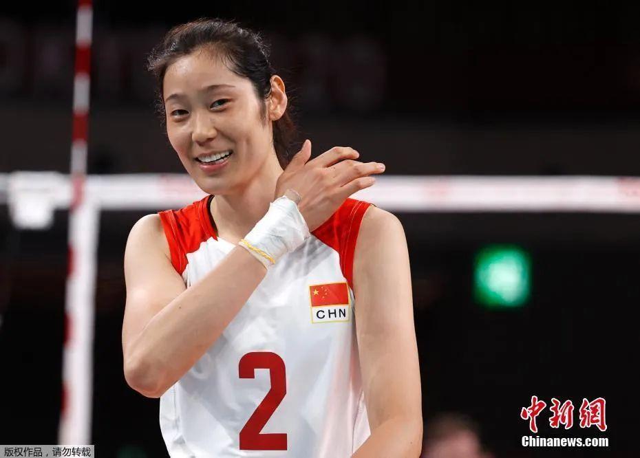 资料图:7月29日,东京奥运会女子排球小组赛继续进行,中国队2:3负于俄罗斯奥运选手队。图为女排队员朱婷的手腕紧紧地缠着绷带。