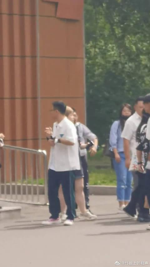 集体转到大门外拍摄,崽崽一路和孟哥说着丝巾!