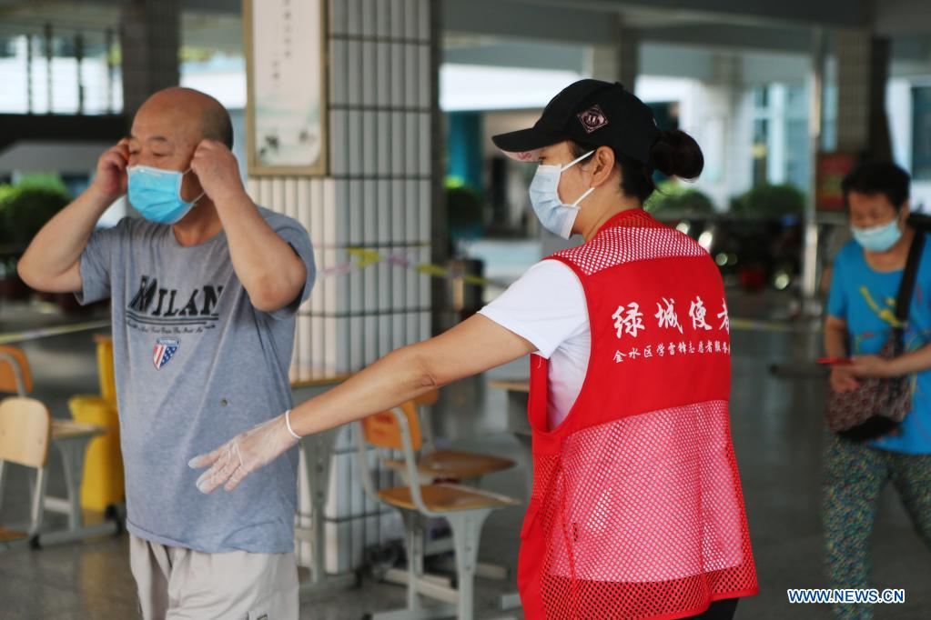 A volunteer guides people to keep social distance while waiting for nucleic acid test in Zhengzhou, central China's Henan Province, Aug. 2, 2021. Central China's Henan Province reported one locally transmitted confirmed COVID-19 case and 28 asymptomatic cases on Sunday, the provincial health commission said on Monday. By the end of Sunday, there were 31 confirmed COVID-19 cases still hospitalized in Henan, including 13 locally transmitted cases. There were 287 close contacts under medical observation in Henan. (Xinhua/Xu Yanan)