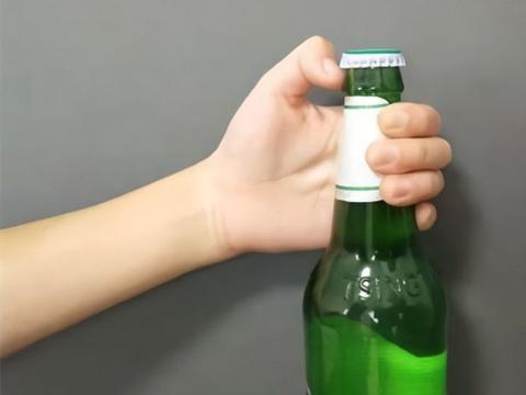 夏天来了,教你如何轻松打开啤酒盖,不用开瓶器也能轻松打开