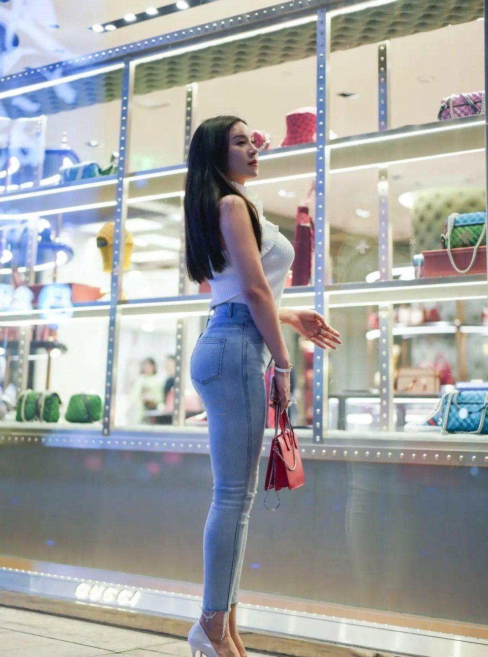 女生都钟情于牛仔裤,搭配无袖针织衫,休闲有型美丽又成熟
