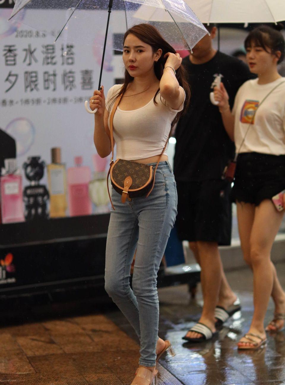 牛仔裤,轻松秀出夏日清凉又显身材的美,时尚女生都爱这么穿
