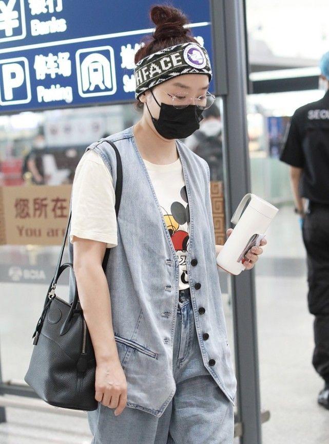杨魏玲花的私下穿搭挺时尚,素颜配发带活力十足,紧跟潮流趋势