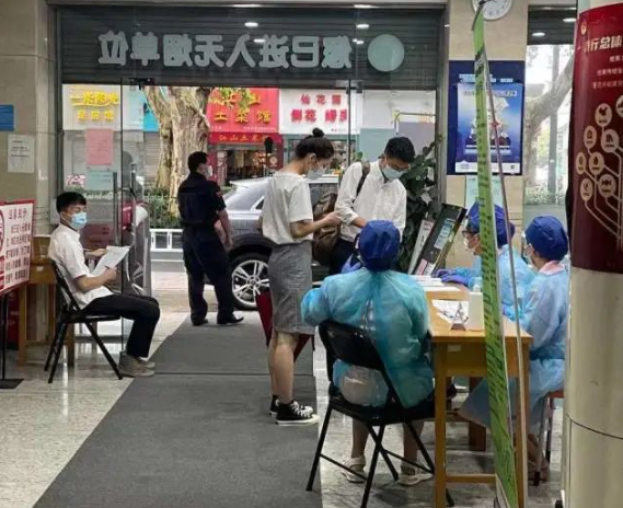 七夕杭州多个婚姻登记处开放 情侣戴口罩冒雨去结婚