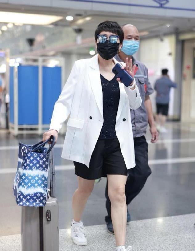 张凯丽的潮感能和年轻人比,穿西装配短裤,不看脸真以为是小姑娘