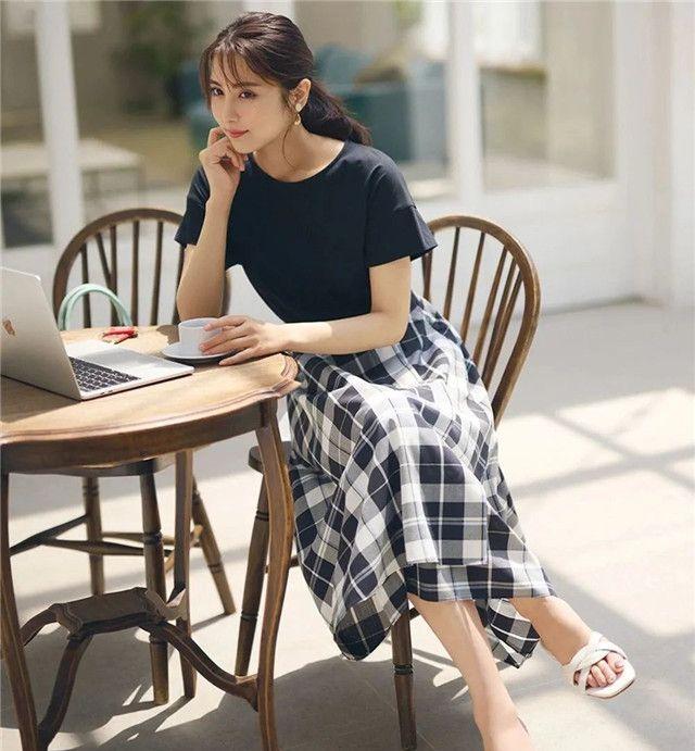 40岁女人裙子不要穿太短,今年流行这2款半长裙,优雅时髦又减龄