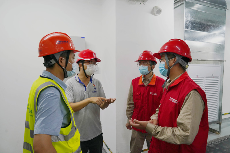 电力人员与项目部工作人员沟通交流(央广网发 国网天津武清公司供图)