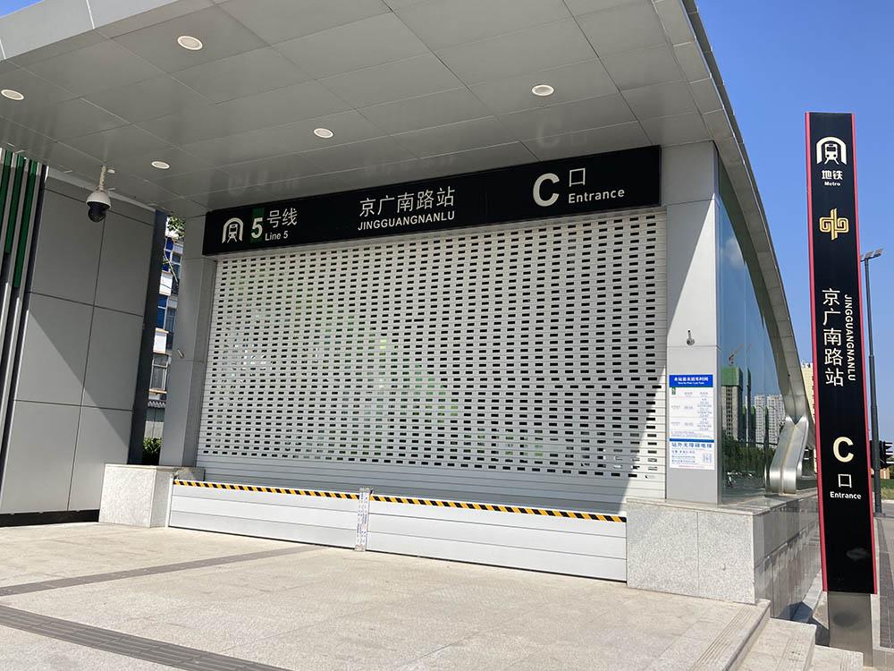 郑州将再遇暴雨:隧道口备路障、地铁口装挡板,有市民买皮划艇