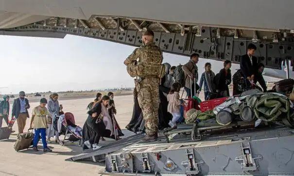 实惨!他们刚把英国外交官护送到机场,就收到被解雇通知……