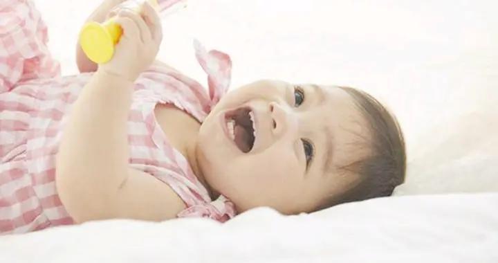 孩子睡觉时爱笑,传说是在梦里学本领?科学的解释带你了解原因