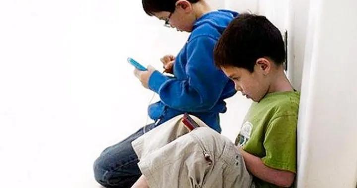 你的食指和无名指哪个更长?对照一下,暗示着孩子们之间的差距