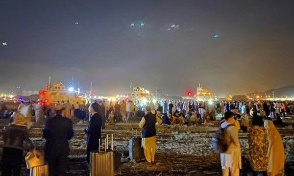 西方在喀布尔机场爆发内讧,美军直接掏枪,吓得<a href=
