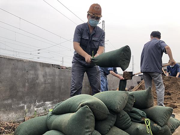 河南再遇强降雨,郑州铁路:少量普速列车晚点,个别列车折返