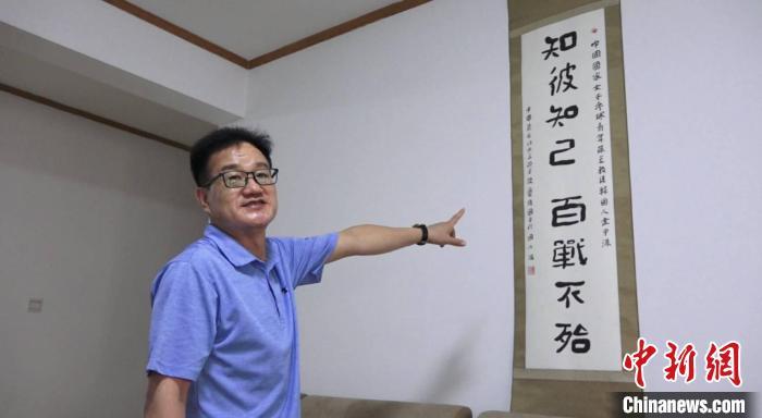 金甲洙的房间里,挂着他最喜欢的中国书法作品。 葛勇 摄