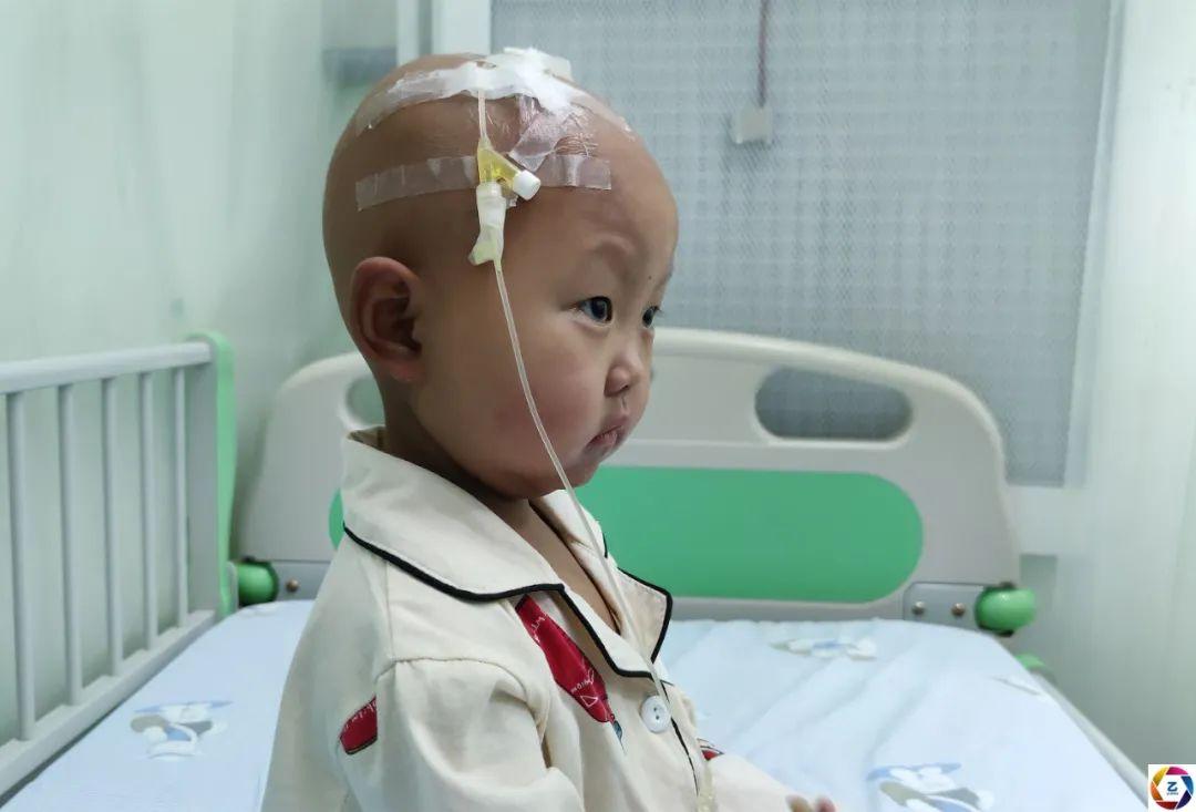 病房里,10岁哥哥暑假帮妈妈照顾患病的妹妹,看了让人心疼