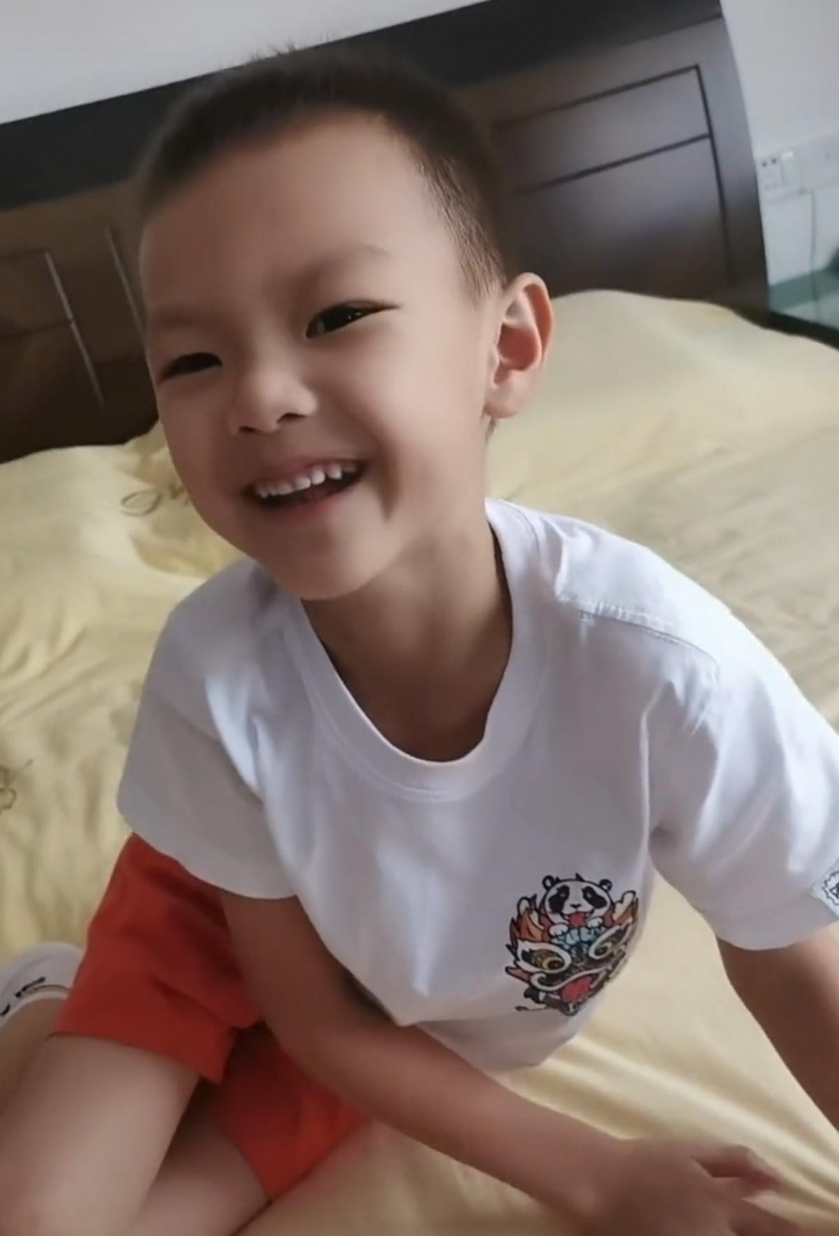 林丹4岁儿子拿名牌包当画布,惹谢杏芳心疼无奈,高情商育儿被赞