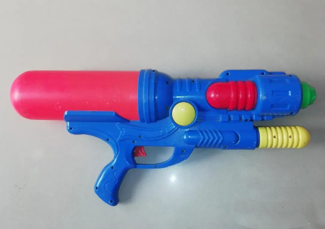 给熊孩子买了一把玩具水枪,孩子