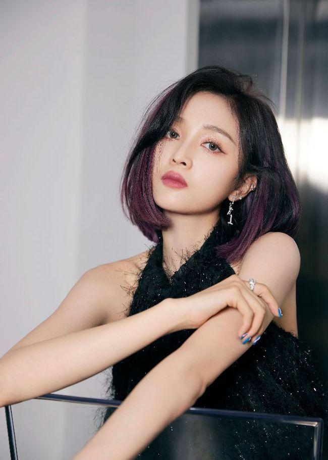 吴宣仪紫色挑染发型黑色喇叭长裤酷飒十足,又飒又美的舞台风格!