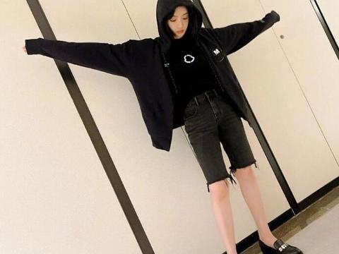 宋茜晒初秋穿搭,黑色连帽卫衣搭配毛边牛仔短裤休闲又帅气!