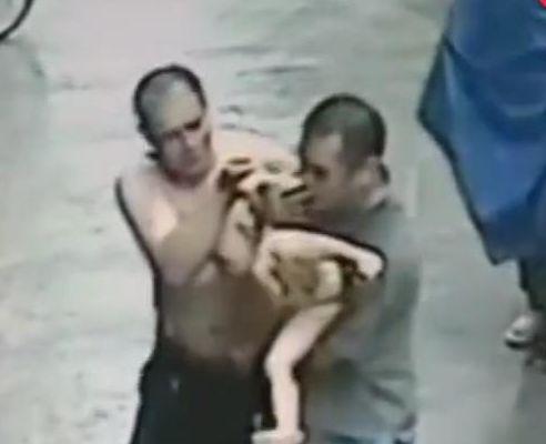 婴儿高楼掉窗,俩男子空手接娃,妈妈被吓瘫了!网友:好人有好报