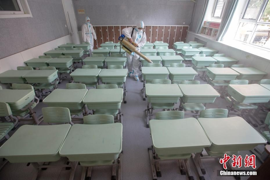 8月29日,开学临近,山西新青年应急救援队工作人员在位于太原的山西省实验小学校园内,对教室、教学楼道等区域进行全面防疫消杀,为学生安全返校做好了充分准备。 中新社记者 张云 摄
