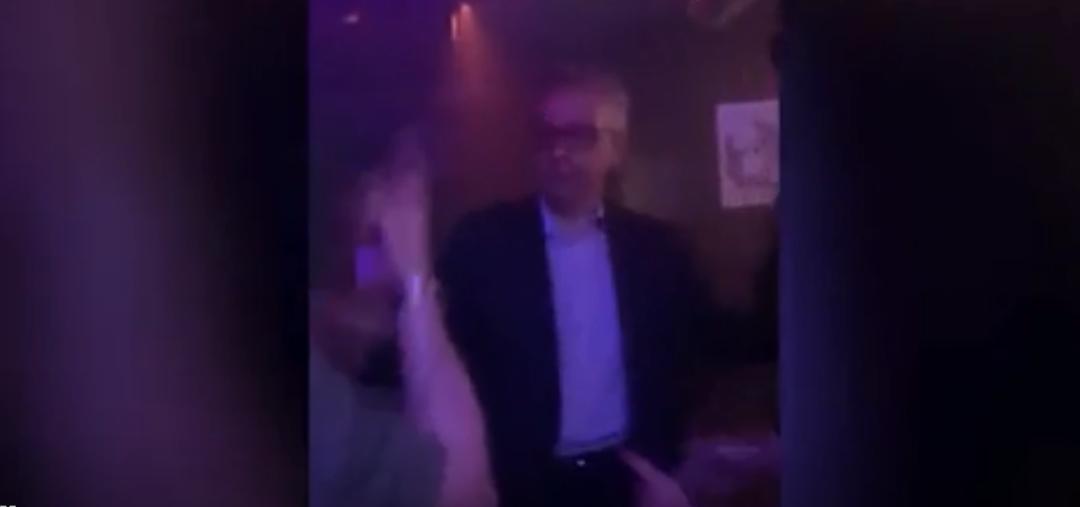 凌晨,夜店,英国大臣在热舞……