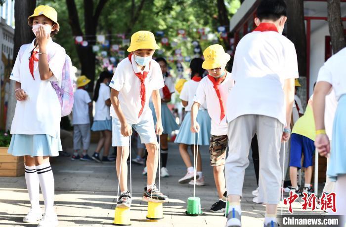 9月1日,北京140万中小学生开学。图为北京十一学校丰台小学学生进行踩高跷游戏。  张兴龙 摄