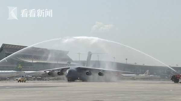 视频 英雄归来!机场以水门最高礼遇迎志愿军烈士回家