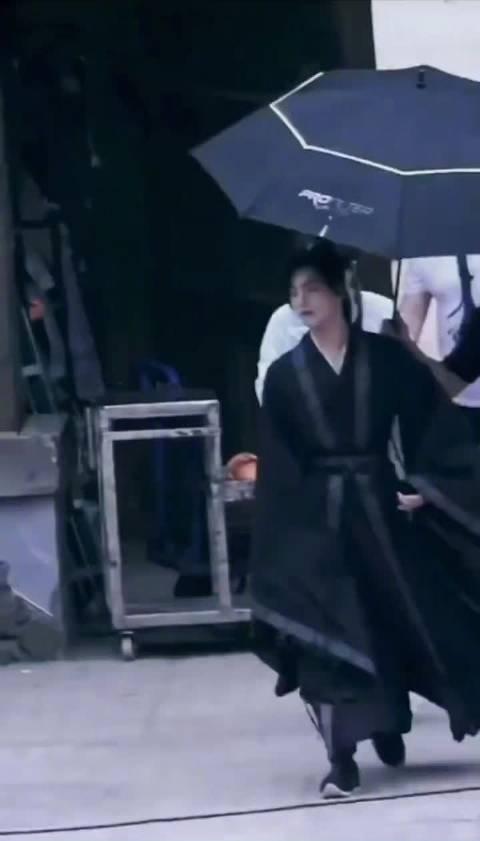 杨洋《且试天下》路透,黑衣古装好诱人