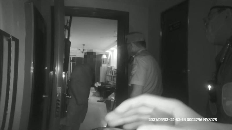 杭州一男子在家打游戏 煮螃蟹忘关火惊动警察上门