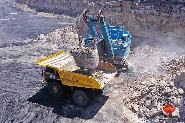 无人驾驶矿用卡车驰骋在国家能源集团智能矿山