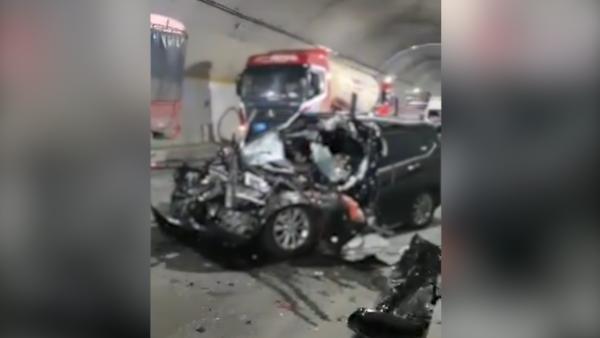 江西萍乡一小型轿车逆行与重型货车相撞,致4死1伤