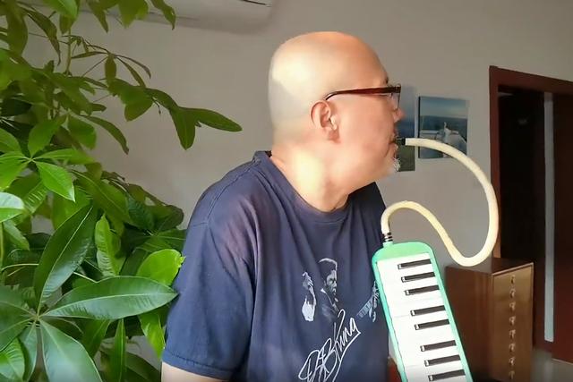 沐鸣平台装修网 61岁腾格尔家里吹口风琴,家具简单朴实接地气,客厅绿植比人还高