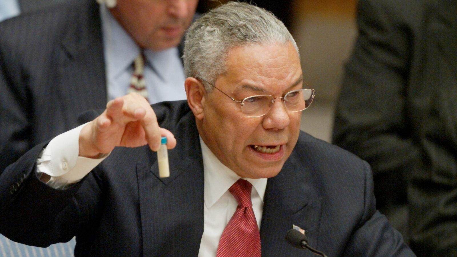 """2003年2月,时任美国国务卿鲍威尔拿着一管""""洗衣粉""""到联合国作证,声称伊拉克有大规模杀伤性武器。当年3月20日,美国绕开联合国安理会,单方面发动伊拉克战争。图自美媒"""