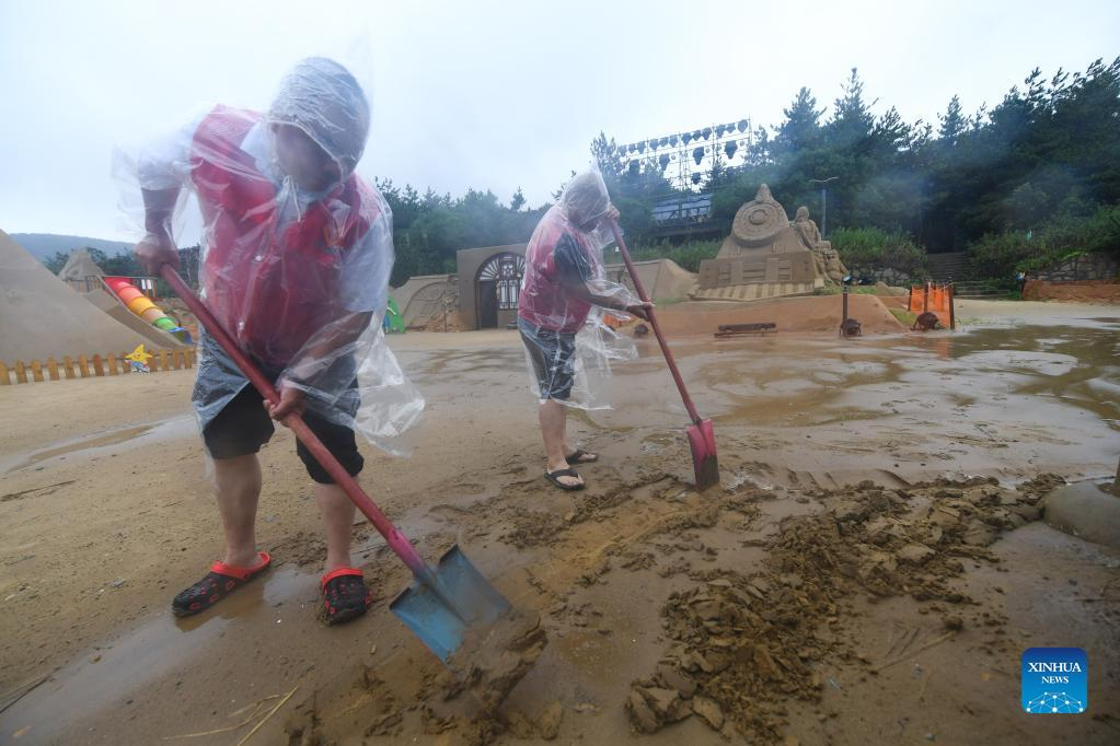 Volunteers help with drainage work at the Nansha beach resort in Zhoushan, east China's Zhejiang Province, Sept. 14, 2021. The disaster relief work is underway in Zhoushan as the influence of Typhoon Chanthu weakens. (Xinhua/Xu Yu)